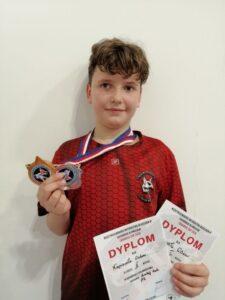 zdjęcie przedstawia uczenia z medalami