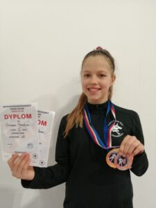 zdjęcie przedstawia uczennicę klasy 6a z medalami