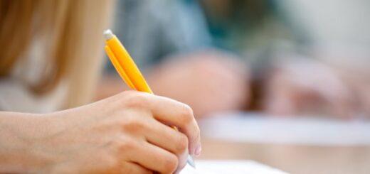 uczeń piszący konkurs